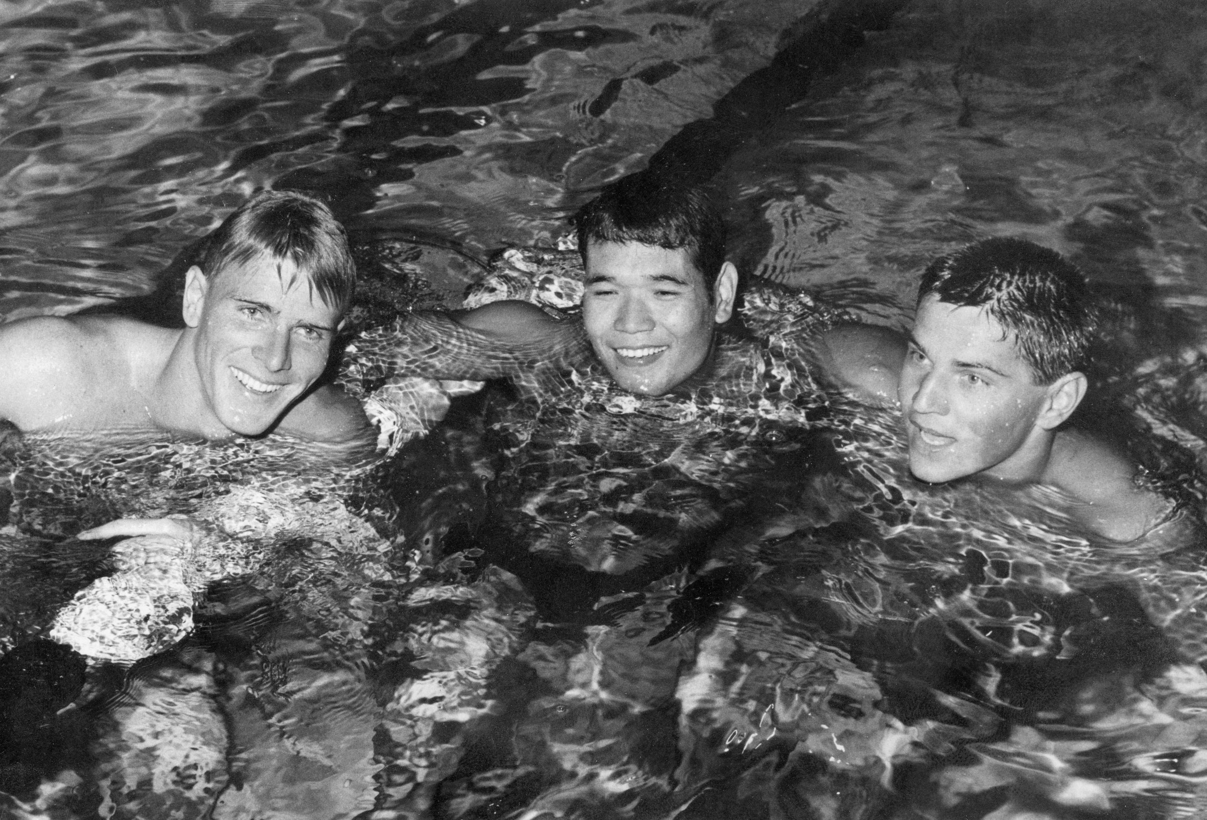 1960年ローマ五輪の競泳男子400㍍自由形で3位になったジョン・コンラッズ(右)。優勝したマレー・ローズ(左)、2位の山中毅と健闘をたたえ合った(UPI=共同)