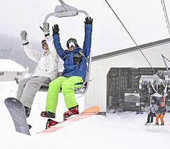 裏磐梯の雪を楽しむスノーボーダーら=猫魔スキー場