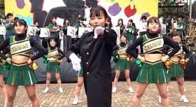 演舞を披露する西南学院大応援指導部応援団の山之内小春団長(中央)
