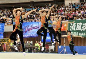 男子団体 躍動感あふれる演技をする盛岡市立のメンバー=静岡市・県草薙総合運動場体育館