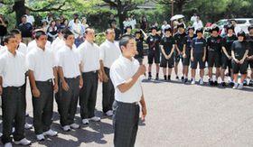 集まった保護者や生徒らに感謝の言葉を述べる森田朝陽主将(中)=高岡商業高で