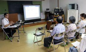 和歌山県串本町で開かれた岩手県の語り部による講演会。左端は佐々木慶一さん=22日