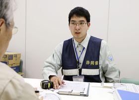 「対口支援」で広島県呉市に派遣された静岡県袋井市の職員=17日、呉市役所