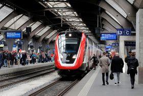 スイス・チューリヒの駅に停車するカナダ・ボンバルディア製の車両=2019年4月(ロイター=共同)