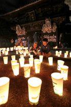 西国寺の仁王門の前で、ぼんぼりの明かりを楽しむ子どもたち(撮影・井上貴博)