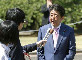 「桜を見る会」を終え、記者の質問に答える安倍首相=21日午前、東京・新宿御苑