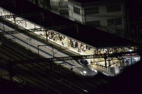 事件発生後、小田原駅に停車中の新幹線=9日午後11時30分ごろ、小田原市