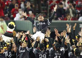 プロ野球日本シリーズで2連覇を果たし、胴上げされるソフトバンクの工藤監督=3日、広島市のマツダスタジアム