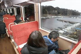 JR山田線宮古―釜石間が三陸鉄道に移管され、開通するのを前に行われた報道関係者向けの試乗会=11日午前、岩手県釜石市
