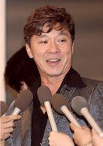 2003年7月、最初の脳梗塞から復帰し、記者会見する西城秀樹さん=東京・赤坂