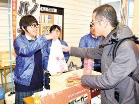 「激推イノシカバーガー」を販売する生徒たち=12日午前11時ごろ、皆野町の道の駅みなの