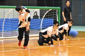 取りにくいバウンドボールを投球する佐野優人選手=千葉市中央区の千葉ポートアリーナで