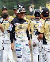 楽天の1軍外野守備走塁コーチに就任した岡田氏(中央)=昨年10月