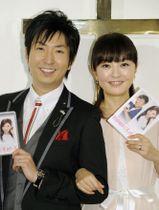 2014年2月、ブルーレイとDVDの発売記念記者会見に登場した丸岡いずみさん(右)と有村昆さん夫妻=東京都内