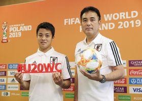 U―20W杯開幕を控えた記者会見で、ポーズをとる影山監督(右)と斉藤未=22日、ビドゴシチ(共同)