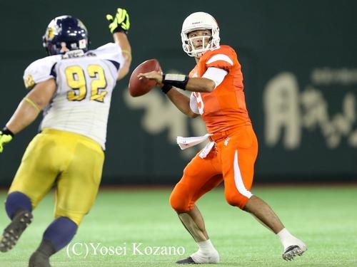 オール三菱戦で、ロングパスを狙うLIXILのQB加藤=撮影:Yosei Kozano