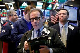 ニューヨーク証券取引所のトレーダーたち=20日(ロイター=共同)