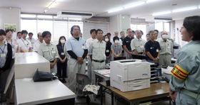 業務を全面再開した岡山県倉敷市役所真備支所の職員を前にあいさつする伊東香織市長(右端)=16日午前