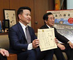 競輪ヤンググランプリ2019を制した松本貴治選手(左)=27日午後、松山市役所