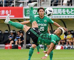 松本山雅−熊本 前半11分、オーバーヘッドで先制ゴールを決める松本山雅・セルジーニョ