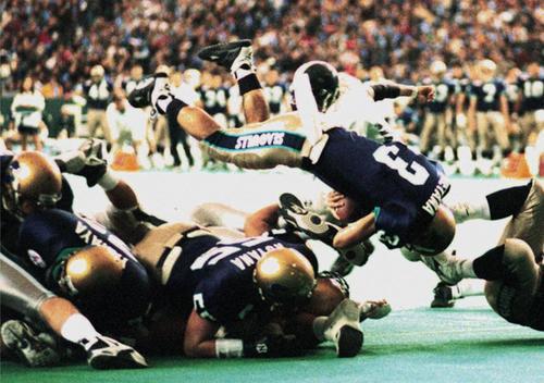 リクルート―京大 第1クオーター、リクルート亀山(3)がゴール前1ヤードから飛び込んで先制のTD=97年、東京ドーム