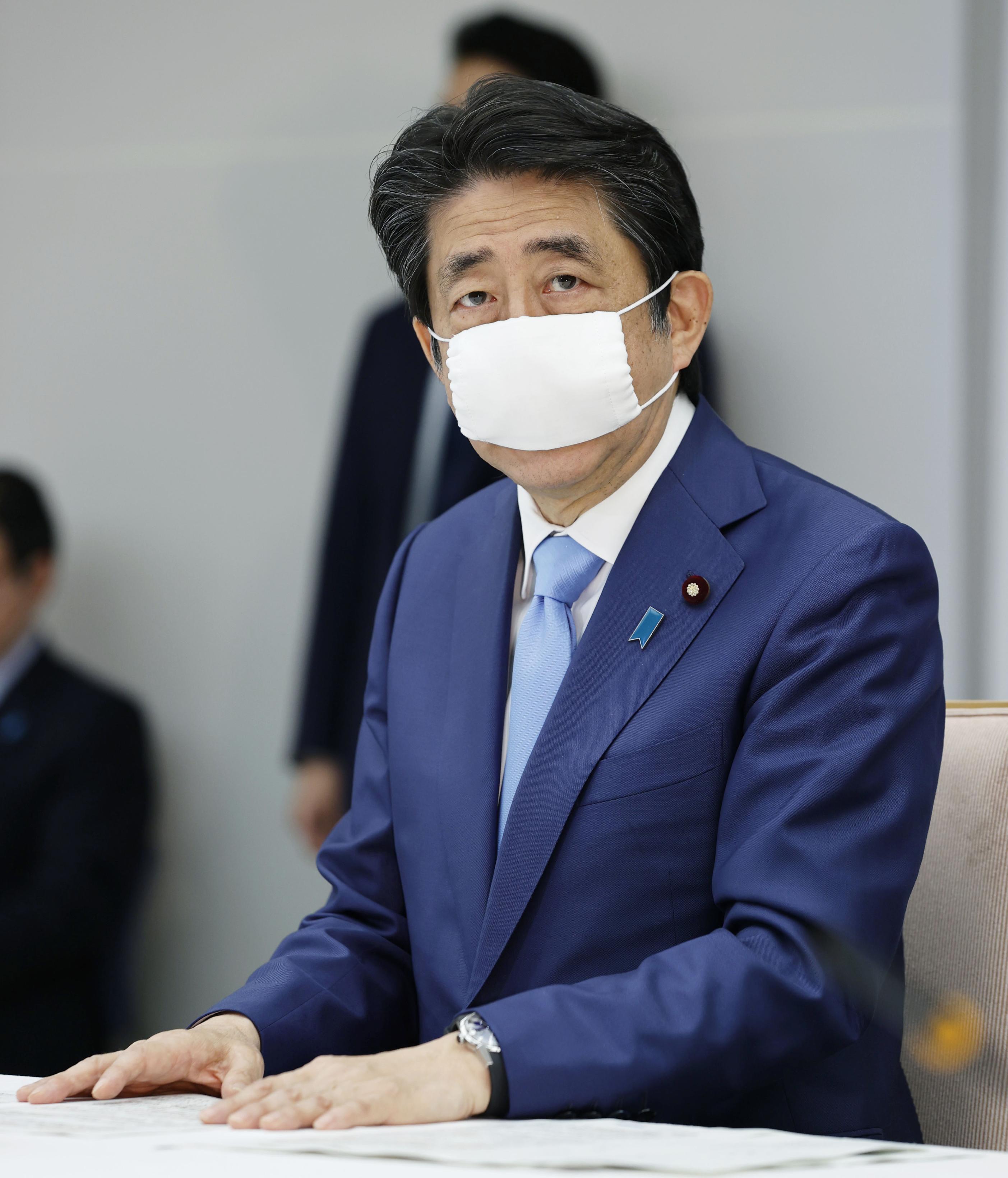 新型コロナウイルス感染症対策本部会合で緊急事態宣言の延長を表明する安倍首相=4日午後5時6分、首相官邸