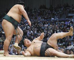 錦木(左)に小手投げで敗れた豪栄道