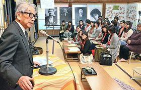 島村抱月の生涯について、岩町功会長(左端)から説明を聞く参加者