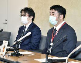 判決後、記者会見する原告の長浜明雄さん(右)=4日午後、厚労省