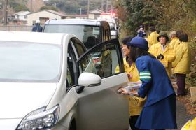 ドライバーに交通安全を呼び掛ける署員と地区更生保護女性会員=壱岐市郷ノ浦町