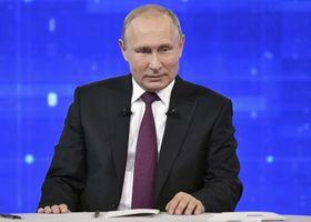 20日、モスクワのスタジオで国民からの質問に答えるプーチン大統領(タス=共同)