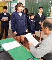 校長先生を前にガイドの練習をする「語り部隊」の児童=さつま町の永野小学校