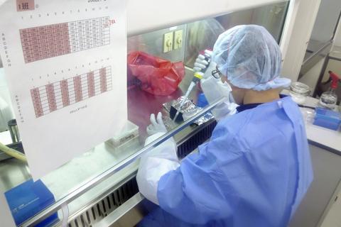 新型コロナウイルスのPCR検査を行う国立感染症研究所の実験室=昨年2月、東京都武蔵村山市(同研究所提供)