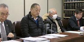 トンネル建設工事によるじん肺で損害賠償を求め、東京地裁に提訴し記者会見する原告ら=18日午前、東京・霞が関の司法記者クラブ