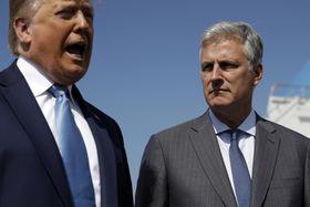 オブライエン氏を伴って記者団に語るトランプ米大統領=18日、カリフォルニア州ロサンゼルス空港(AP=共同)