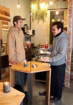 学生のアイデアが随所に見られる店内で談笑する中村さん(左)と森下さん