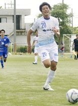 JAPANサッカーカレッジ―福井ユナイテッドFC 前半、攻め上がる福井ユナイテッドの中筋(手前)=新潟県のJAPANサッカーカレッジグラウンド(福井ユナイテッドFC提供)