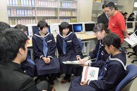 八戸市の課題を解決するアイデアを話し合う生徒ら