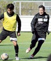 今季初の練習で汗を流す谷沢(右)=焼津市内