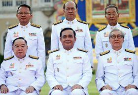 16日、バンコクで記念撮影に並ぶプラユット首相(前列中央)ら新閣僚(ロイター=共同)