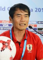 記者会見で意気込みを語るサッカーU―17日本代表の森山監督=7日、グワハティ(共同)