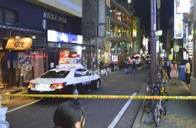 規制線が張られた、男性が倒れていた現場付近=26日午前0時9分、名古屋市