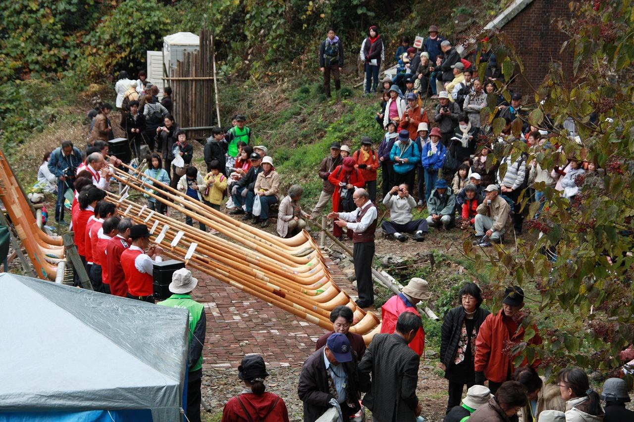 河原に廃棄されていたレンガを活用して会員が手づくりした広場。一般公開中は連日コンサートが開催される(愛岐トンネル群保存再生委員会)