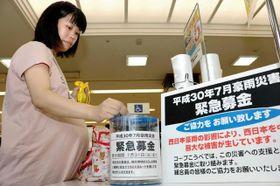 西日本豪雨の被災地支援のため、コープこうべは緊急募金に取り組む=神戸市東灘区住吉本町1(撮影・綱嶋葉名)   西日本豪雨を受け、兵庫県内の企業にも支援の輪が広がっている。ボランティア元年ともいわれた阪神・淡路大震災やその後の災害での支援経験を生かし、被災地の現地ニーズを見極めてから物資などを送る「オンデマンド型」が大きな流れに。また連休中に多くのボランティアが現地入りしていることから、被災地で活動する支援者を支える動きも出始めた。(三島大一郎、塩津あかね)