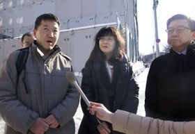 在札幌中国総領事館に嘆願書を提出後、取材に応じる北海道教育大の百瀬響教授(中央)ら=23日午前、札幌市