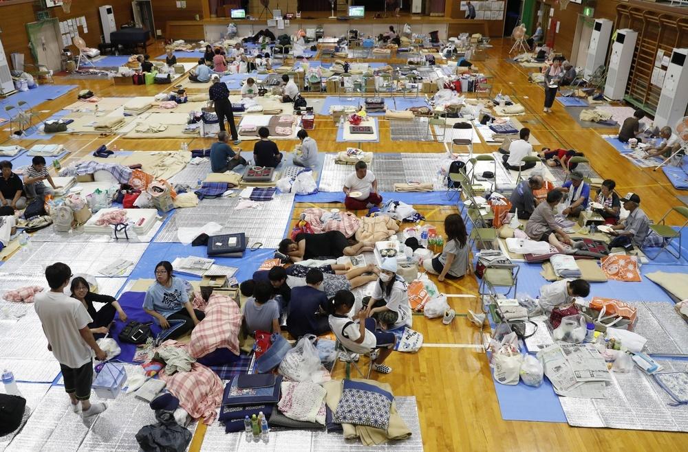 西日本豪雨で大雨特別警報が出されてから13日で1週間。避難所となった岡山県倉敷市真備町地区の岡田小の体育館には、多くの被災者が身を寄せている=12日午後