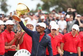 男子ゴルフの団体対抗戦、プレジデンツ・カップで逆転優勝し、カップを掲げる米国選抜のタイガー・ウッズ主将=15日、メルボルン(ゲッティ=共同)