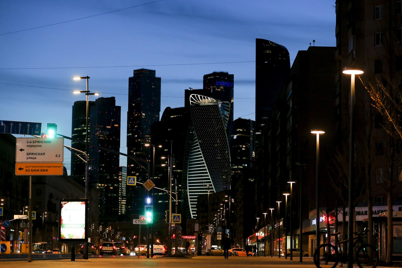 23日、閑散とするモスクワ市内(ゲッティ=共同)