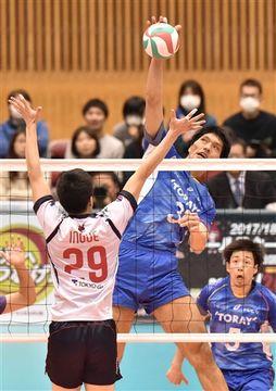 東レ―FC東京 第4セット、東レの伏見(中央)がスパイクを放つ=草薙このはなアリーナ