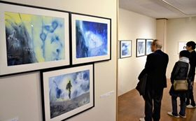 丸山さんと北欧のアーティストの作品が並ぶ会場